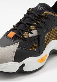 Emporio Armani - Sneakers laag - plaster/black - 6