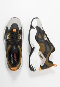 Emporio Armani - Sneakers laag - plaster/black - 1