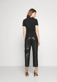 Emporio Armani - T-shirt con stampa - nero - 2