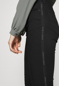 Emporio Armani - 5 POCKETS PANT - Jeans Slim Fit - black - 4