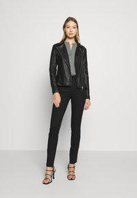 Emporio Armani - 5 POCKETS PANT - Jeans Slim Fit - black - 1