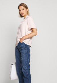 Emporio Armani - FIVE POCKETS PANT - Jeans baggy - blue denim - 3