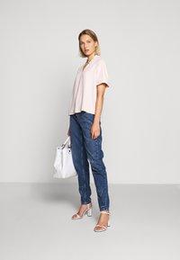 Emporio Armani - FIVE POCKETS PANT - Jeans baggy - blue denim - 1