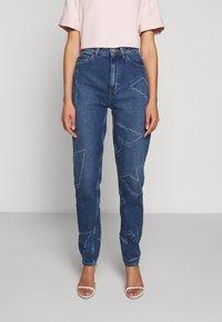 Emporio Armani - FIVE POCKETS PANT - Jeans baggy - blue denim - 0