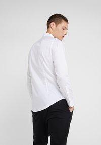 Emporio Armani - CAMICIA SLIM FIT - Formální košile - bianco ottico - 2