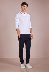 Emporio Armani - PANTALONI - Pantalones deportivos - blu scuro - 1