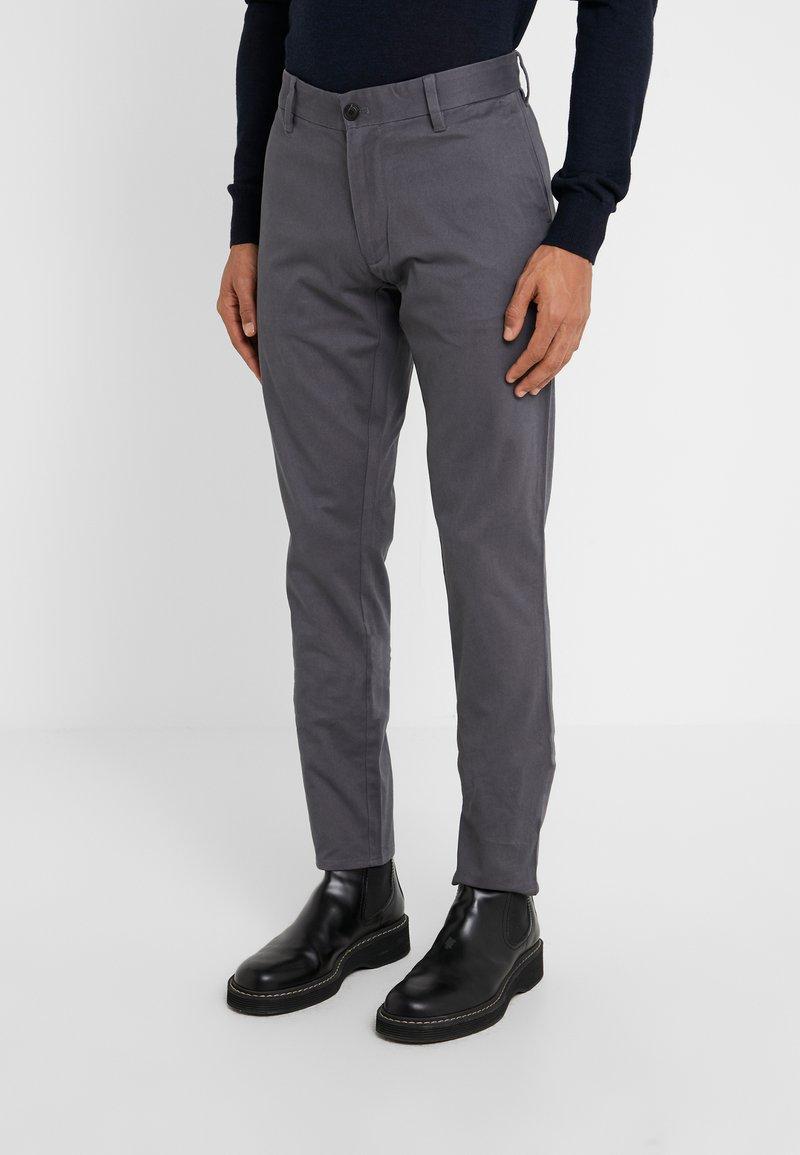 Emporio Armani - PANTALONI - Pantalones chinos - grigio magnete
