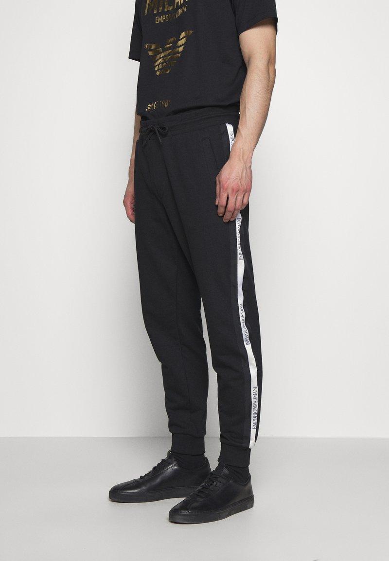 Emporio Armani - PANTALONI - Pantalon de survêtement - nero