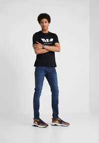 Emporio Armani - Jeansy Slim Fit - blue denim - 1