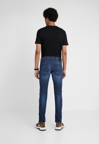 Emporio Armani - Jeansy Slim Fit - blue denim - 2