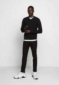 Emporio Armani - 5 TASCHE - Jeans slim fit - nero - 1