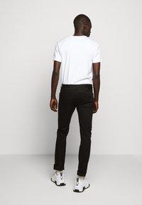 Emporio Armani - 5 TASCHE - Jeans slim fit - nero - 2