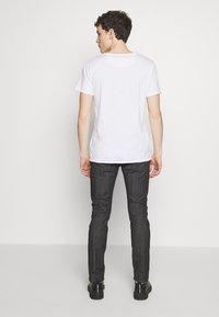 Emporio Armani - NEON - Jeans slim fit - nero/verde - 2