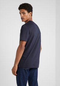 Emporio Armani - T-shirt z nadrukiem - blu navy - 2