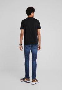 Emporio Armani - T-shirt z nadrukiem - nero - 2