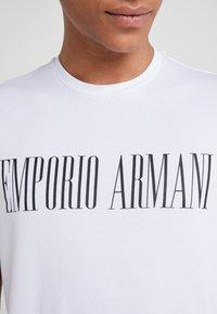 Emporio Armani - T-shirt med print - bianco ottico - 5