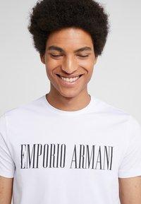 Emporio Armani - T-shirt med print - bianco ottico - 3