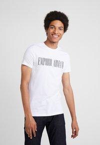 Emporio Armani - T-shirt med print - bianco ottico - 0