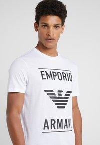 Emporio Armani - T-shirts med print - bianco ottico - 4