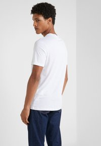 Emporio Armani - T-shirts med print - bianco ottico - 2