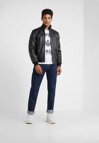 Emporio Armani - T-shirt print - bianco ottico - 1