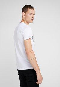 Emporio Armani - T-shirt med print - bianco - 2