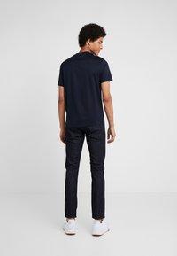 Emporio Armani - T-shirts med print - blue - 2