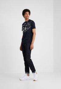 Emporio Armani - T-shirts med print - blue - 1
