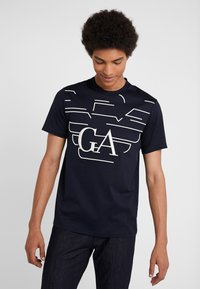 Emporio Armani - T-shirts med print - blue - 0