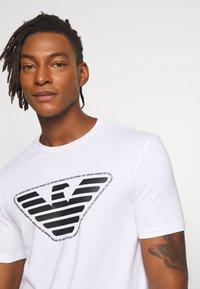 Emporio Armani - T-shirt imprimé - bianco ottico - 3