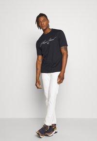 Emporio Armani - T-shirt print - navy - 1