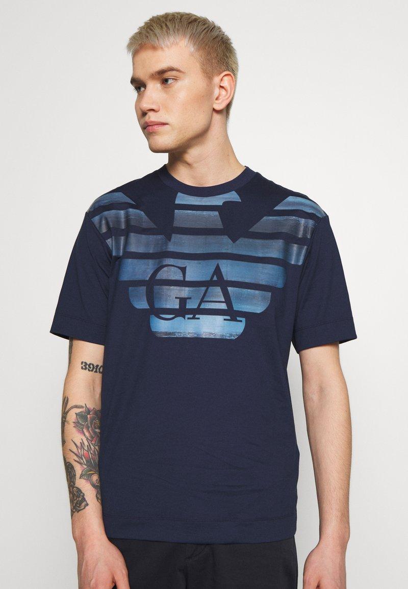 Emporio Armani - T-shirt imprimé - blumed stam