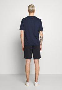 Emporio Armani - T-shirt imprimé - blumed stam - 2