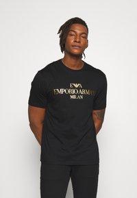 Emporio Armani - REPRODUCTION - T-shirt med print - nero - 0