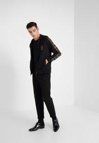 Emporio Armani - veste en sweat zippée - nero - 1
