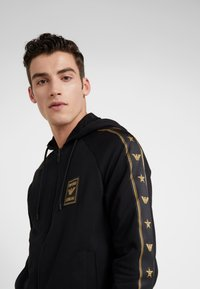 Emporio Armani - veste en sweat zippée - nero - 4