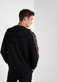 Emporio Armani - veste en sweat zippée - nero - 2