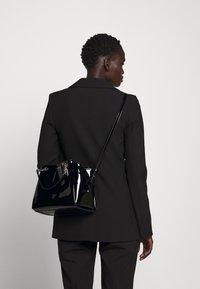 Emporio Armani - ANNIE PATENT SATCH SET - Handbag - nero - 1