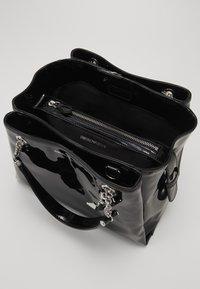 Emporio Armani - ANNIE PATENT SATCH SET - Handbag - nero - 5