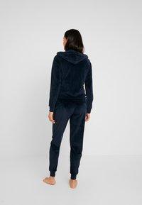 Emporio Armani - SHINY JACKET PANTS WITH CUFFS - Pijama - marine - 2