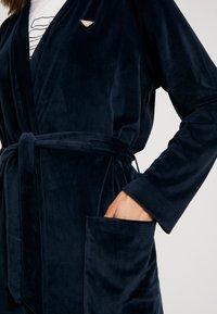 Emporio Armani - SHINY DRESSING GOWN - Albornoz - marine/marine - 4