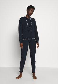 Emporio Armani - JACKET AND PANTS WITH CUFFS SET - Pyjamas - blu navy - 0