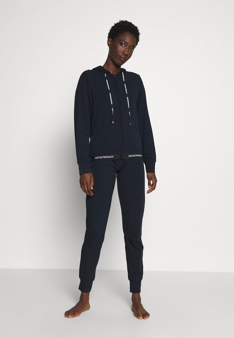 Emporio Armani - JACKET AND PANTS WITH CUFFS SET - Pyjamas - blu navy