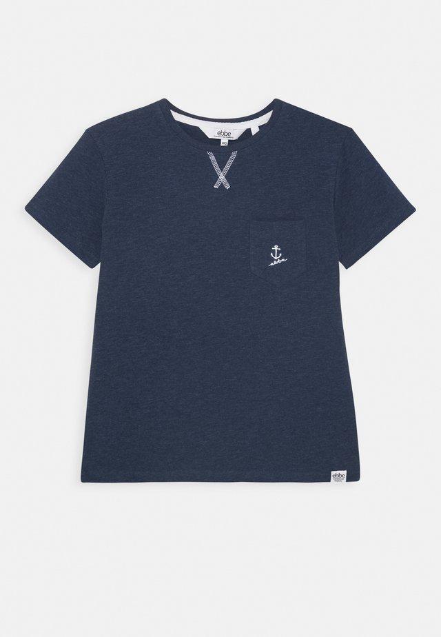 GILBERT TEE - Print T-shirt - navy