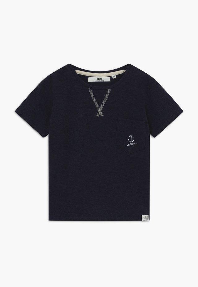 GILBERT TEE - T-shirt z nadrukiem - ebbe navy