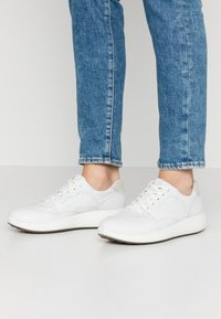 ecco - ECCO SOFT 7 RUNNER W - Matalavartiset tennarit - white/shadow white - 0