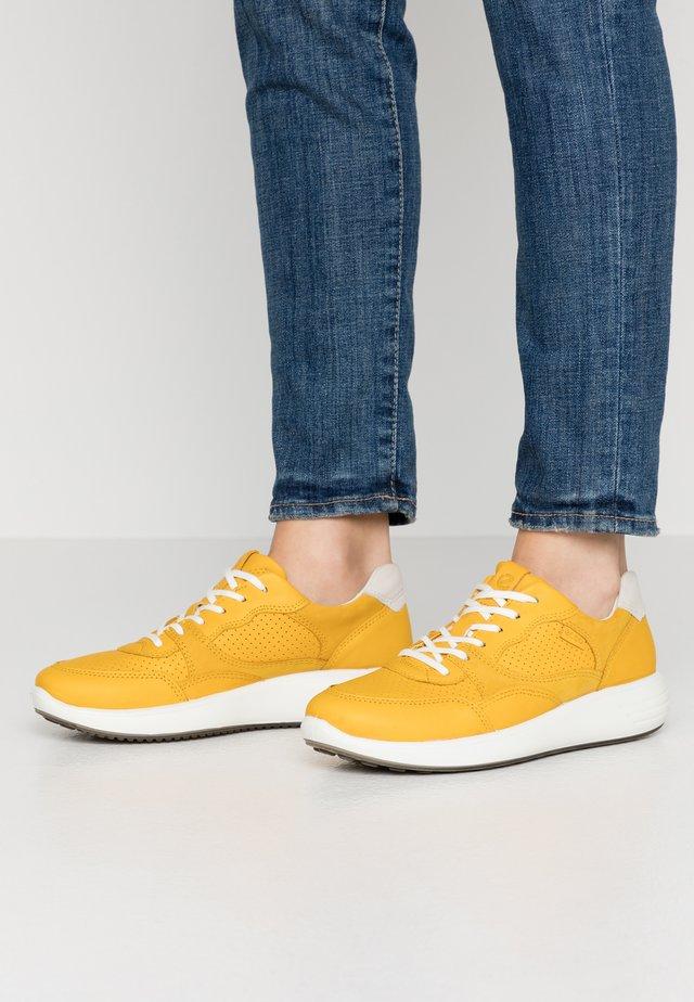 SOFT 7 RUNNER - Sneaker low - merigold/shadow white