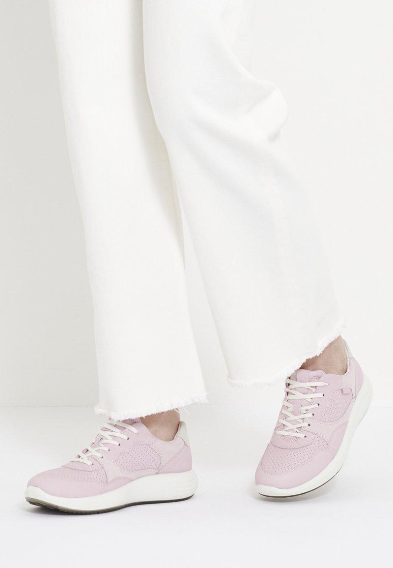 ECCO - ECCO SOFT 7 RUNNER W - Sneakersy niskie - blossom rose/shadow white