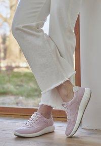 ECCO - ECCO SOFT 7 RUNNER W - Sneakersy niskie - blossom rose/shadow white - 4