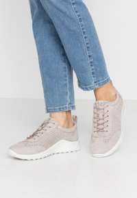 ecco - ECCO FLEXURE RUNNER W - Sneakersy niskie - grey rose - 0